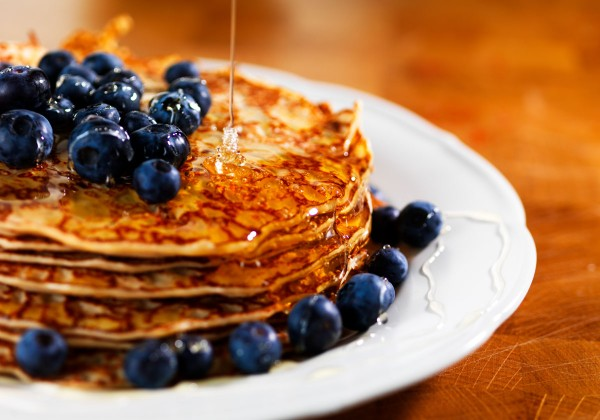 Pannkakor-med-flytande-honung-och-bär_5251
